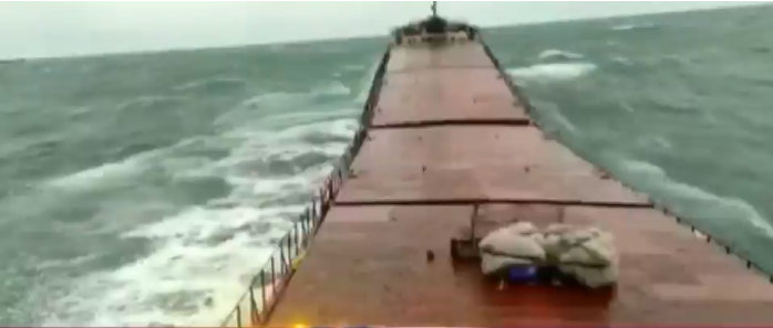 A powerful wave at sea split the ship in two