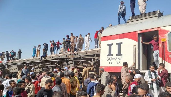Egypt: 32 killed in passenger train crash