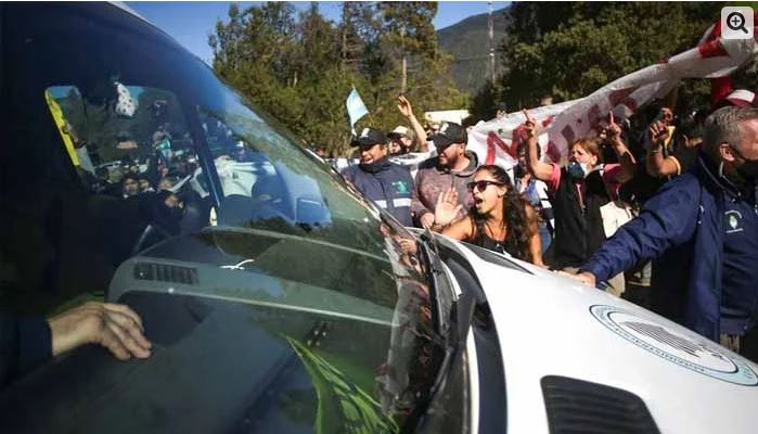 Argentina: Angry protesters attack the president's car